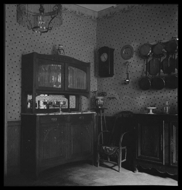 photographie - Intérieur du boulanger. Meubles modernes, buffet et sellette