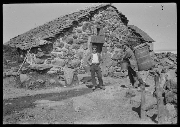 photographie - Chez Monsieur Peyrac. Vacher portant la gerbe