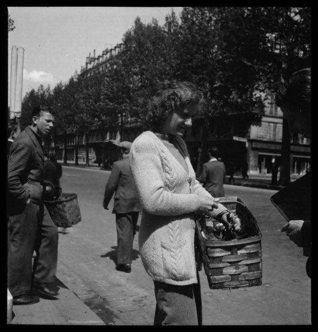 photographie - 59, boulevard Beaumarchais. Défilé du 1er mai 1946, fête du travail. De 14 heures à 19 heures. Entrée du métro Chemin Vert. Marchande de muguet