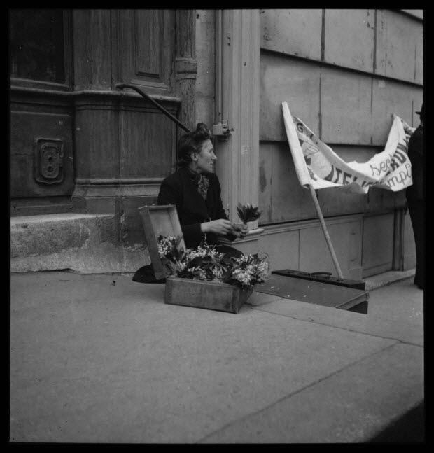 photographie - 59, boulevard Beaumarchais. Défilé du 1er mai 1946, fête du travail. De 14 heures à 19 heures. Marchande de muguet sur les marches