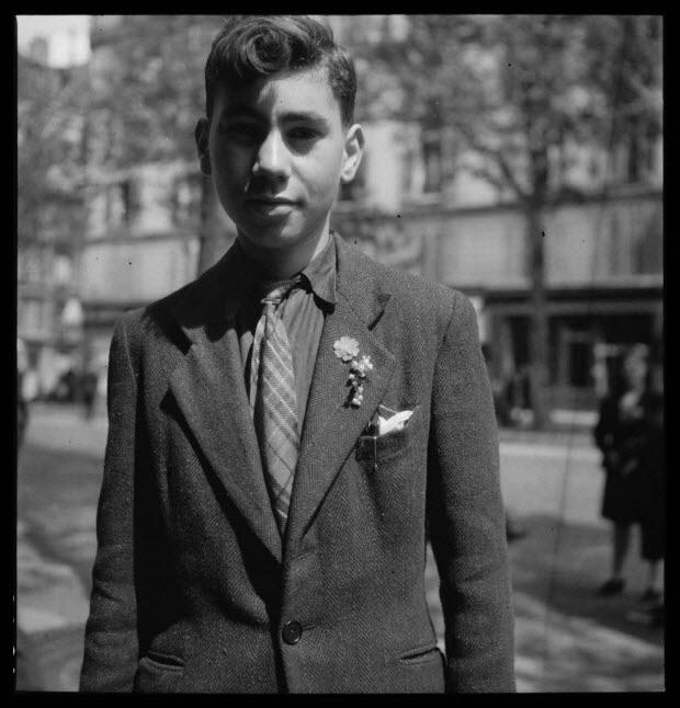 photographie - 25, boulevard Beaumarchais. Défilé du 1er mai 1946, fête du travail. De 14 heures à 19 heures. Fleur rouge et muguet à la boutonnière, Monsieur Noël Raoul, ajusteur, chez Bronzavia