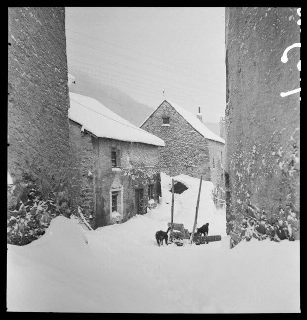 photographie - Bourg. Façade caractéristique avec porte à gauche, fenêtre de la salle commune encadrée de blanc et à droite une fenêtre de l'étable