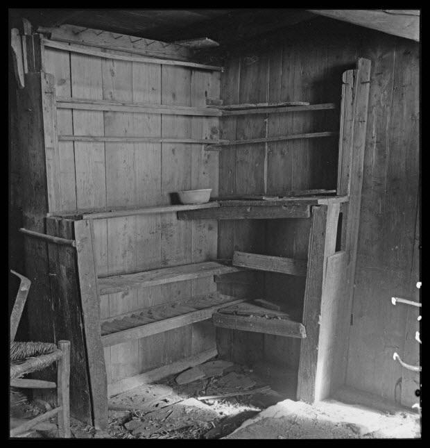 photographie - Maison Gonnet. Salle commune, vaisselier. Au pied, emplacement du schiste d'égout