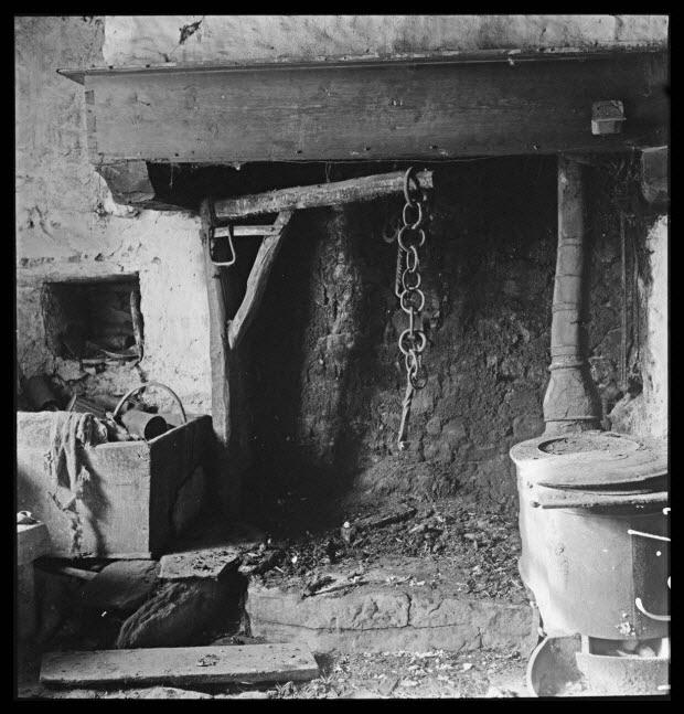 photographie - Maison Gonnet. Salle commune avec cheminée et potence tournante à crémaillère