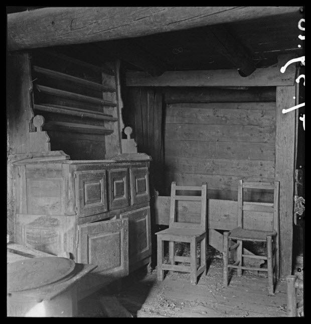 photographie - Maison Gonnet . Salle commune avec vaisselier et meuble-lit encastré