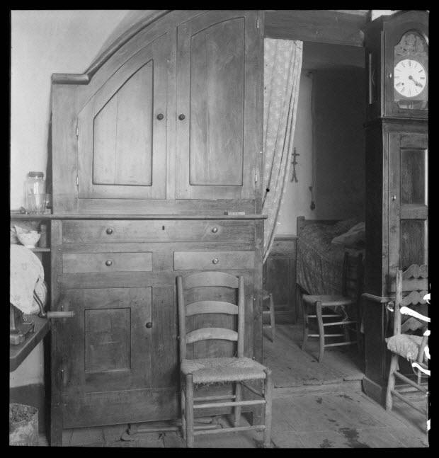 photographie - Bourg. Maison. Salle commune avec alcôve sous voûte et horloge, buffet encastré