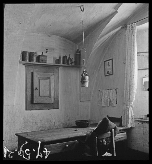 photographie - Maison P. Faure. Salle commune : table à deux tiroirs, placard