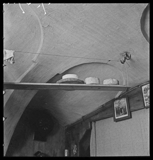 photographie - Maison P. Faure. Salle commune : planche à fromage fixée au crochet de la voûte