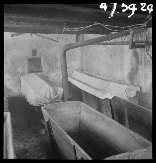 """photographie - Bourg. Four communal : salle des pétrins """"les arches"""". Les pétrins contenant les levains sont couverts de toile"""