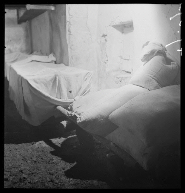"""photographie - Bourg. Four communal : salle des pétrins """"les arches"""". Les pétrins contenant les levains sont couverts de toile, sacs de farine de seigle"""