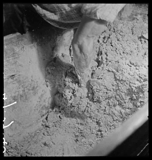 """photographie - Bourg. Salle des pétrins. Pétrissage : mouvement vertical pour séparer une motte de pâte """"piqua"""" et """"coupa"""""""