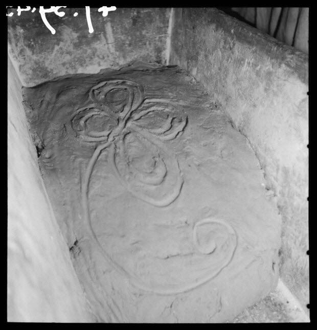 photographie - Salle des pétrins : pétrissage terminé. Un trèfle à quatre feuilles est dessiné d'un seul trait sur la pâte