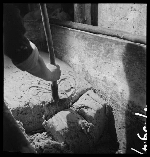 photographie - Salle des pétrins : débitage de la pâte à la bêche pour la confection des tourtes