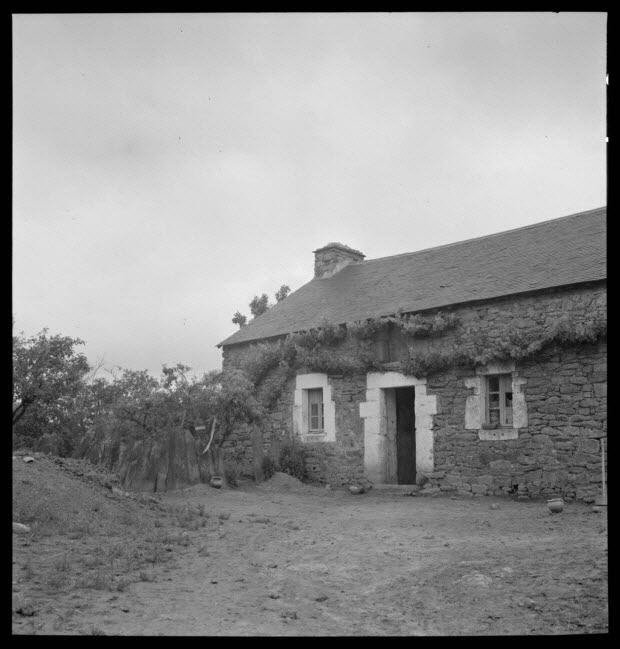 photographie - Façade d'une ancienne habitation transformée en atelier de poterie par Monsieur Robert Roret