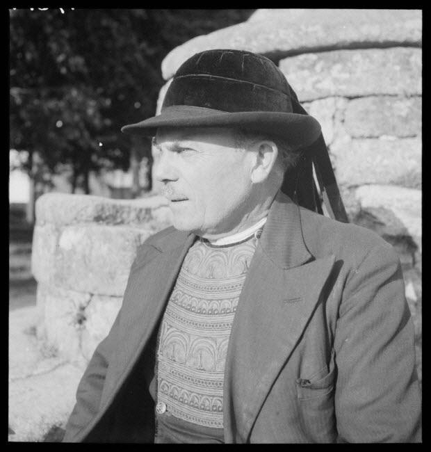 """photographie - Monsieur Yann Douirin. Portrait du fabricant de binious. Costume bigouden, chapeau ou """"tok"""", gilet brodé jaune et veston ordinaire"""