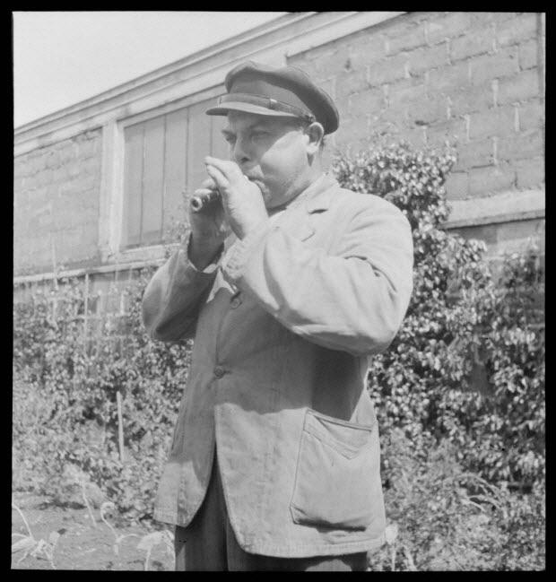 """photographie - Monsieur Yann Douirin dans son jardin. Le tournage et l'incrustation terminé, il """"essaie"""" le """"liviriac"""""""