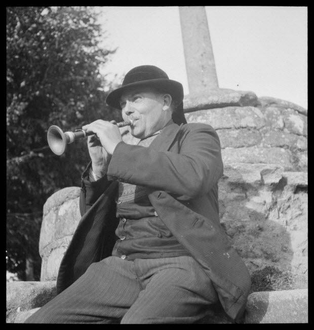 photographie - Monsieur Douirin joue de la bombarde