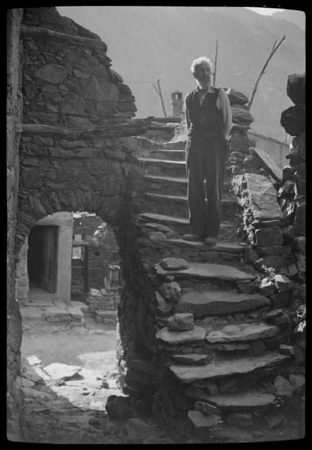 photographie - Chez Don Pierre Guerrini. Maison. Escalier donnant accès à la terrasse sur passage vouté