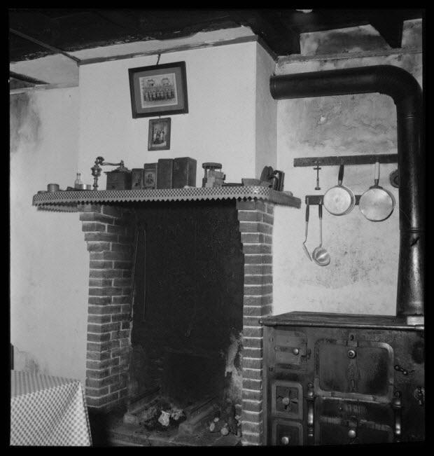 """photographie - Maison de Madame Euphrasie Pichon, dite la """"Phraisie"""". L'intérieur avec l'âtre"""
