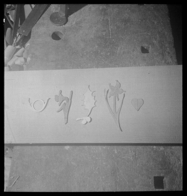 photographie - Chez Monsieur Constant Guéry. Fabrication d'une épinette. Sur l'établi, patrons de décors : fleurs, feuilles, cœurs, incrustés