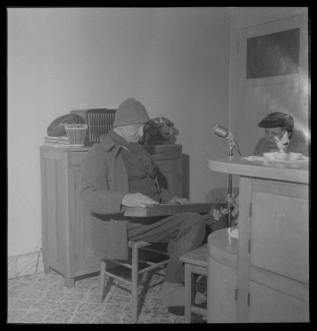 photographie - Chez Monsieur Henri Tisserand. Monsieur Émile Valence essayant son épinette