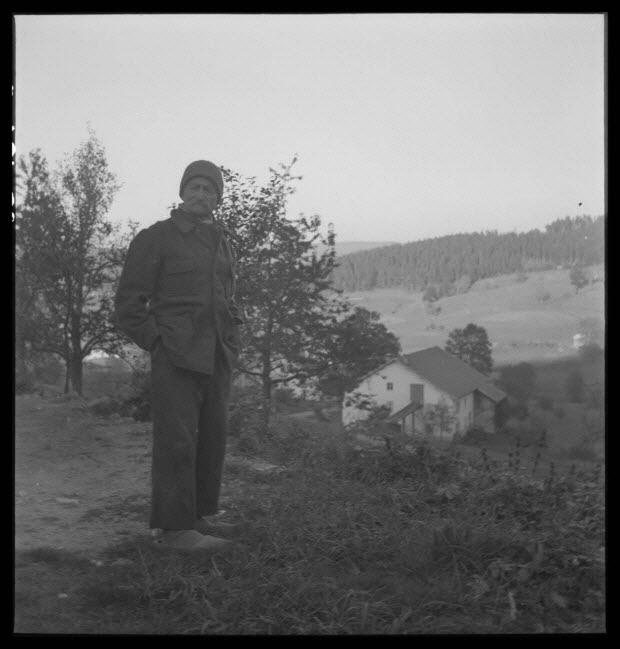 photographie - Chez Monsieur Henri Tisserand. Monsieur Émile Valence devant la maison de la famille Henri Tisserand
