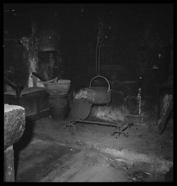 photographie - Chez Monsieur Antoine Jallat. Cheminée et âtre de la salle commune