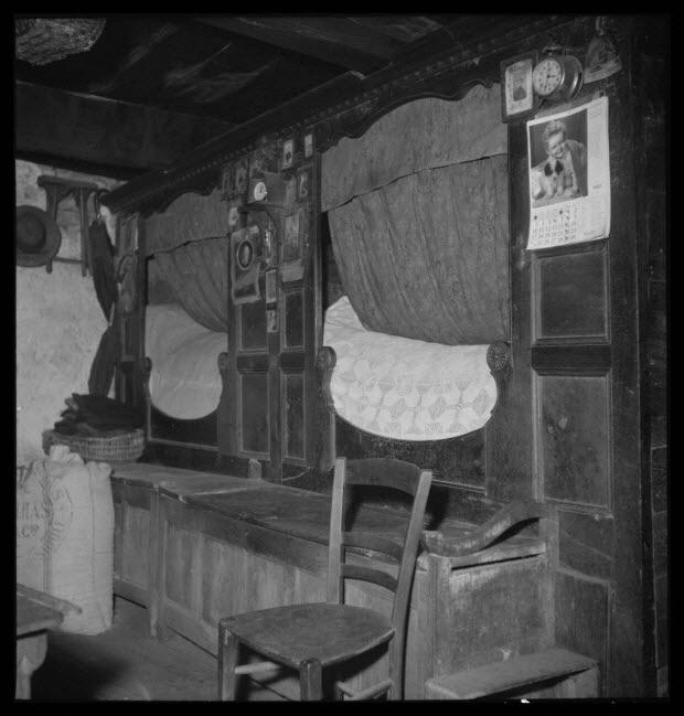 photographie - Chez Madame Antoinette Bourdassol. lits-wagons de la salle commune. Vue prise de l'âtre de la cheminée