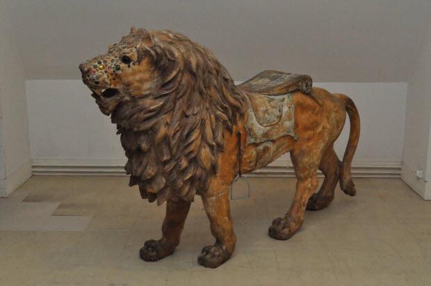 manège de chevaux de bois - Lion