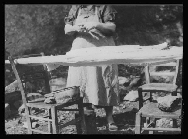 photographie - Madame Mallet-Meyrial. Tuyautage au fer d'un bonnet. Matériel et installation. Planche à repasser avec coussinet blanc