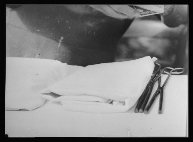 photographie - Madame Mallet-Meyrial. Tuyautage au fer d'un bonnet. Linge blanc et deux fers à tuyauter