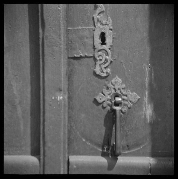 photographie - Au Bourg. Chez Monsieur A. Bribas. Marteau de porte servant de poignée de loquet