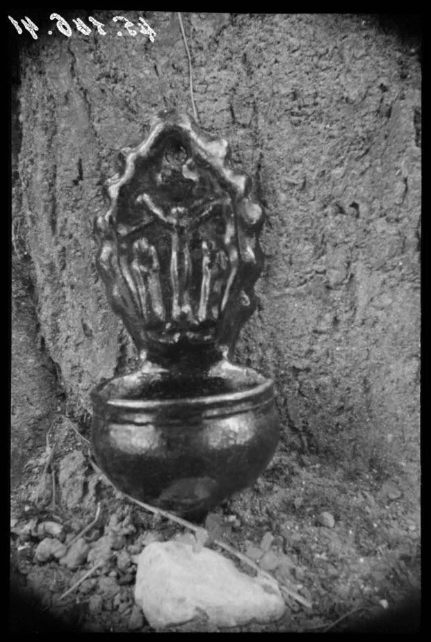 photographie - Chez Monsieur Callet. Bénitier brun de manganèse en terre cuite vernissée