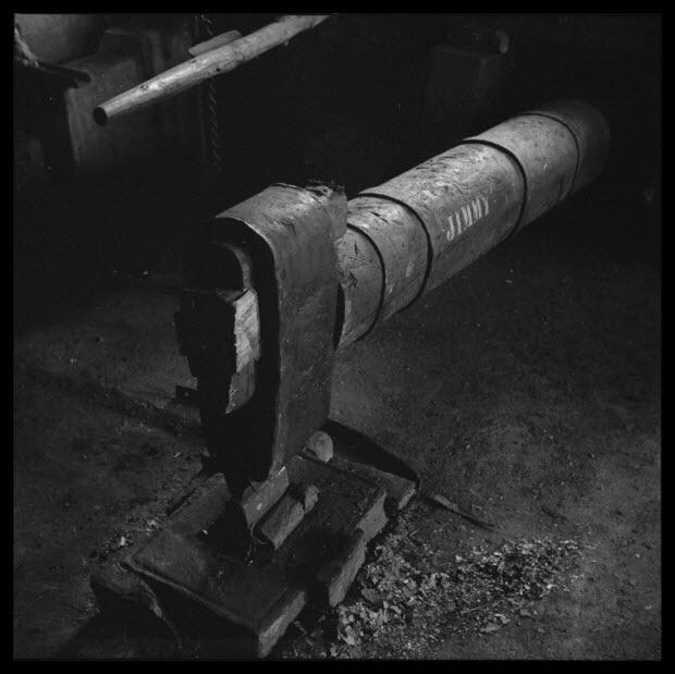 photographie - Chez Monsieur Roger Maria. La tête du marteau du martinet et l'inscription JIMMY sur le manche