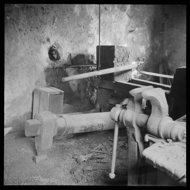 photographie - Chez Monsieur Marius Maria. Côté Nord de l'atelier, la tête du marteau, le manche, pris de la porte d'entrée