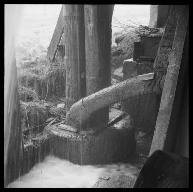 photographie - Chez Monsieur Emilio Macario. Trompe à eau, la cuve, les deux chutes d'eau et la pipe d'évacuation d'air