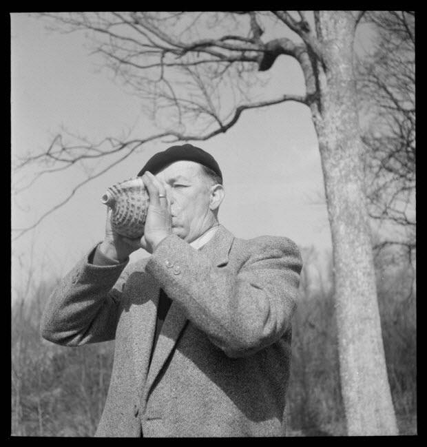 photographie - Domaine de Wideville. Monsieur Ernest Rèbre jouant de la conque pour appeler le cerf. Collection 1954.32.1