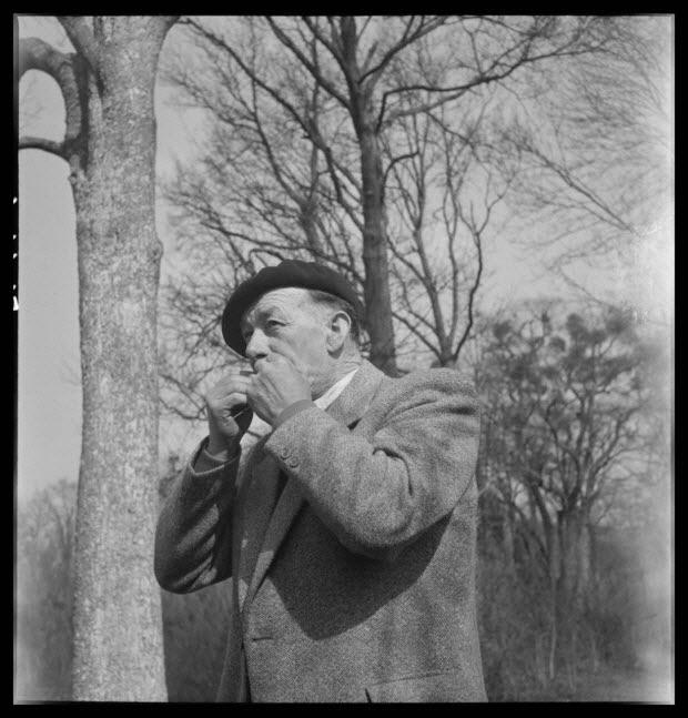 photographie - Domaine de Wideville. Monsieur Ernest Rèbre jouant de la feuille de lierre qui est un appeau de chasse pour l'autour