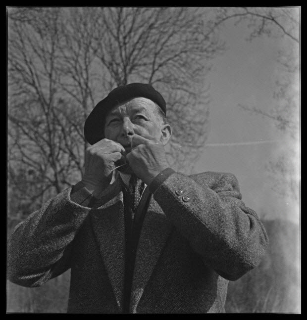 photographie - Domaine de Wideville. Monsieur Ernest Rèbre jouant de la feuille de lierre