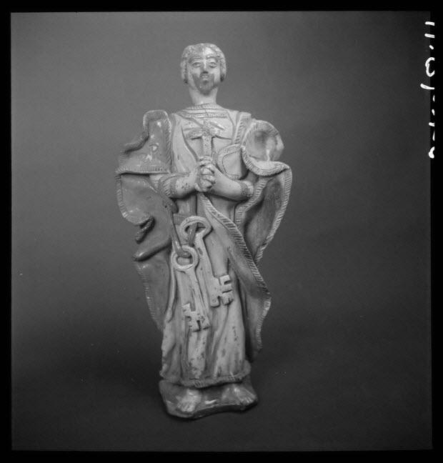 photographie - Statuette de saint Pierre en terre vernissée, provenant de Sarthe