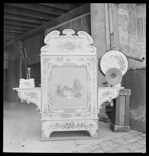 photographie - Chez Monsieur René Brière, forain. Orgue limonaire de manège, à cartons, muni de deux cymbales et de deux tambours. Bois, fer et décor de paysage et de fleurs peint à l'huile